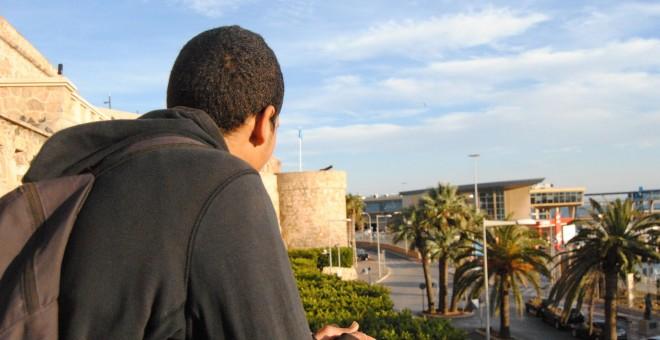 Amin, un menor de 17 años que vive en situación de calle en Melilla, observa el puerto de la ciudad autónoma.- IRENE QUIRANTE