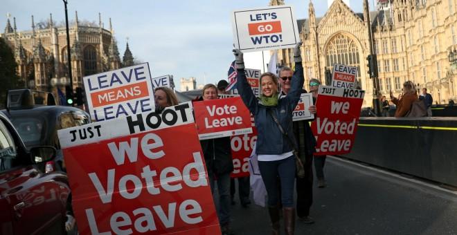 Manifestación a favor del brexit en frente del Parlamento británico, en Westminster, Londres. REUTERS/Hannah McKay