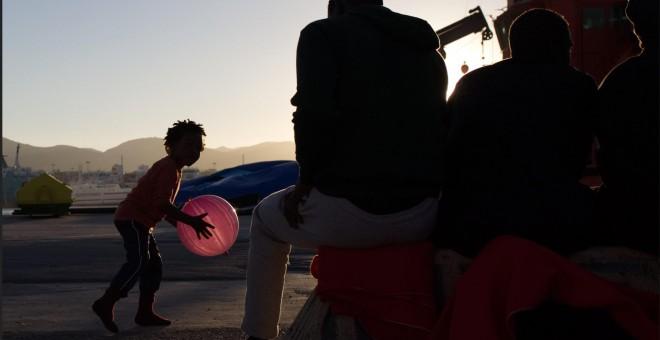 Una niña migrante juega en el puerto de Algeciras, donde pasó varios días recluida junto a cientos de migrantes llegados en patera el pasado julio. JAIRO VARGAS