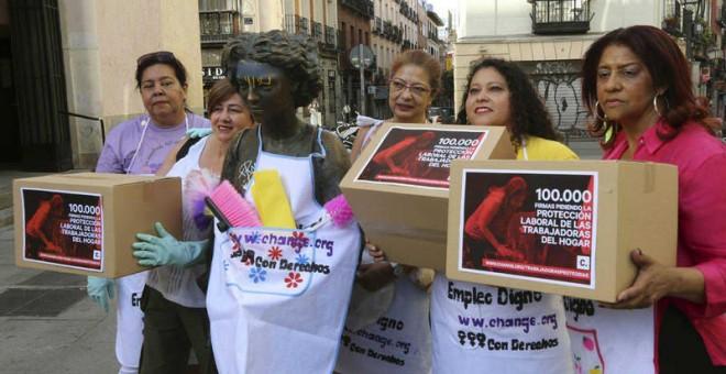 Las empleadas del hogar entregan 100.000 firmas para reivindicar sus derechos / foto de archivo Change.org