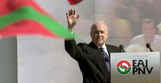 Fotografía de archivo tomada el 05/03/2000 en Barakaldo (Vizcaya) del expresidente del PNV, Xabier Arzalluz. - EFE