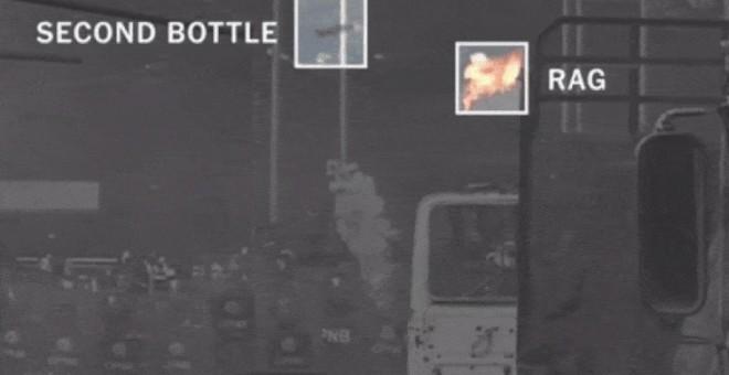 Fotograma del vídeo al que ha tenido acceso The New York Times en el que se aprecia como el cóctel Molotov impacta sobre el camión.
