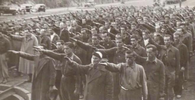 Prisioneros haciendo el saludo fascista en el campo de Concentración de Irún en Guipúzcoa (BIBLIOTECA NACIONAL DE ESPAÑA)