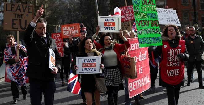 Manifestantes a favor del brexit en las inmediaciones del Parlamento británico. - REUTERS