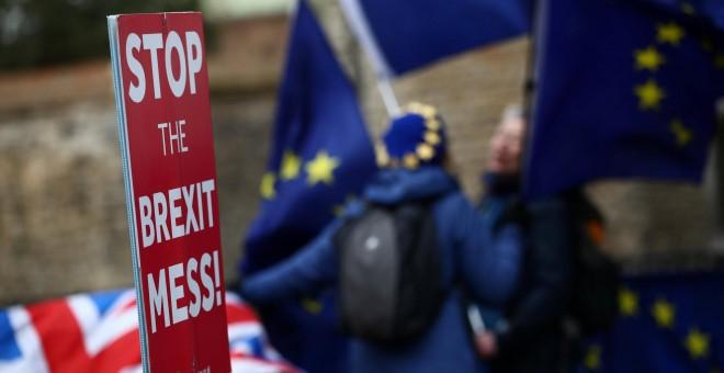 Manifestantes contrarios al brexit, en las inmediaciones del Parlamento británico. - REUTERS
