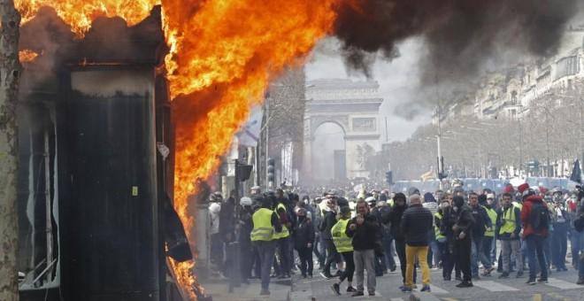 Un incendio durante las protestas de los chalecos amarillos este sábado en París. REUTERS/Philippe Wojazer