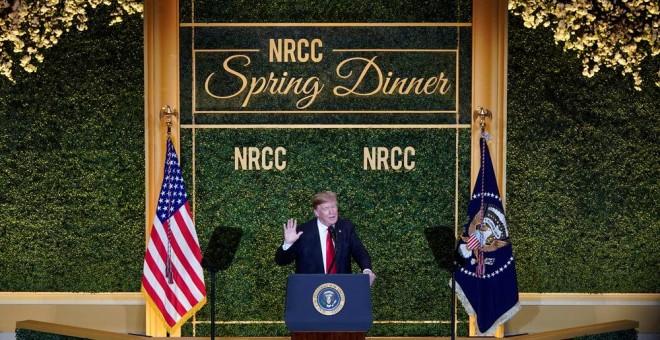 El presidente de los Estados Unidos, Donald Trump, habla en la cena anual de primavera del Comité del Congreso Nacional Republicano, en Washington. REUTERS / Joshua Roberts