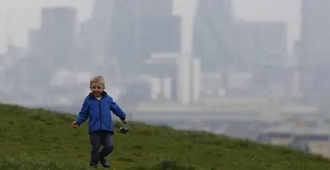 Un niño juega en un parque de Londres. REUTERS/Luke MacGregor