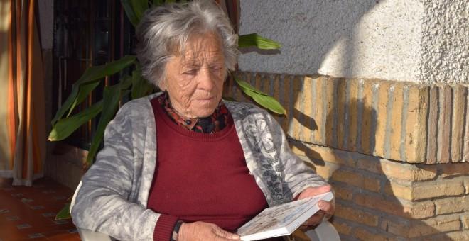 Concha Ramírez sosteniendo su 'Diario de niña exiliada'. | María Serrano