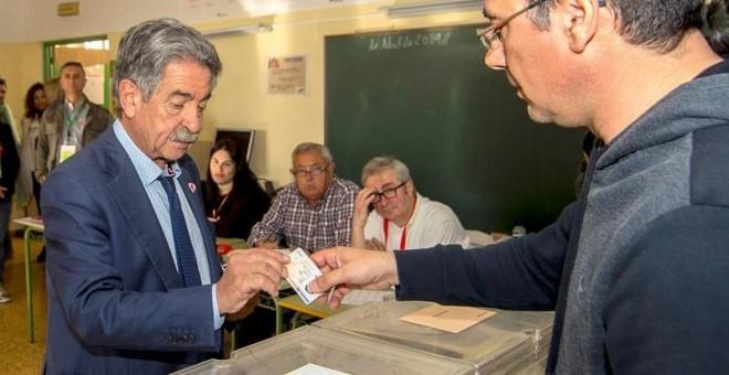 El presidente de Cantabria y secretario general del PRC, Miguel Ángel Revilla, vota este domingo en el colegio Fernando de los Ríos de Astillero (Cantabria). EFE/ Román G.aguilera