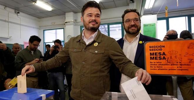 El candidato de ERC al Congreso Gabriel Rufián ejerce su derecho a voto en la escuela Ribatallada de Sabadell (Barcelona) | EFE/ Susanna Sáez