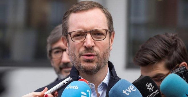 El candidato del PP al Congreso por Álava, Javier Maroto, tras ejercer su derecho al voto este domingo en un colegio del centro de Vitoria.