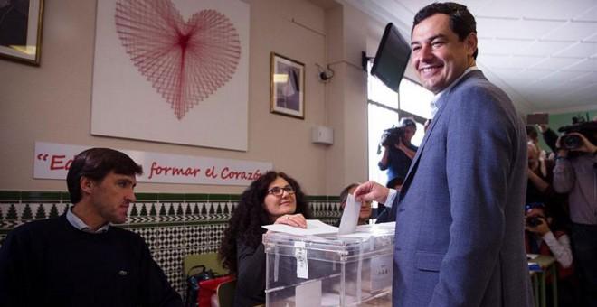 El presidente de la Junta y líder del PP andaluz, Juanma Moreno, ejerce su derecho al voto en el colegio Sagrado Corazón de Jesús en Málaga.- EFE