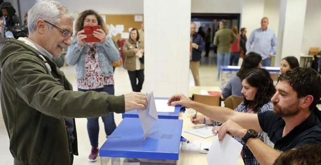 El candidato de Actúa a la Presidencia del Gobierno, Gaspar Llamazares, votando este Domingo en Oviedo.- EFE