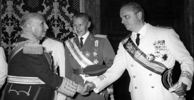 Fraga saluda al jefe del Estado, Francisco Franco (i), durante la recepción ofrecida en el Salón del Trono del Palacio Real en 1966, con motivo de la celebración del 30 aniversario de su acceso a la más alta magistratura del Estado. (OLEGARIO PEREZ DE CAS