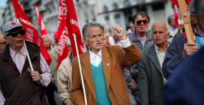 Un jubilado grita consignas durante un mitin organizado por el PAME, afiliado a los comunistas, que conmemora el 1 de Mayo en Atenas. | Reuters