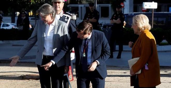 La primera teniente de alcalde del Ayuntamiento de Madrid, Marta Higueras, y el candidato del PP al Ayuntamiento de Madrid, José Luis Martínez-Almeida, indican su lugar a la alcaldesa de Madrid, Manuela Carmena, a su llegada al izado de la bandera en la p