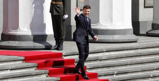 20/05/2019 - El presidente de Ucrania saluda a su salida del Parlamento tras jurar el cargo en el Parlamento ucraniano o Rada Suprema, en Kiev (Ucrania) | EFE/ Stepan Franko