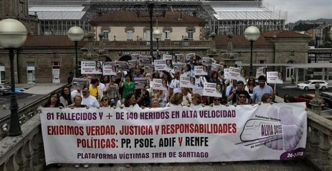 Imagen de archivo de una manifestación por las víctimas del accidente del tren Alvia ocurrido en Angrois (Santiago)./ EP