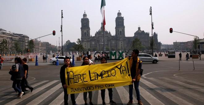 Un grupo de jóvenes porta una pancarta para exigir 'aire limpio'.