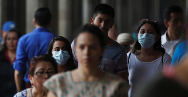 Los ciudadanos usan mascarillas para evitar respirar el aire contaminado.