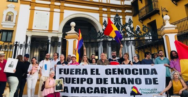 Concentración memorialista de 2018 frente a la Basílica de la Macarena. /RAÚL SÁNCHEZ CARO
