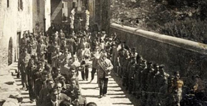 : Imagen de una de las procesiones de Benasque, en las que se interpretaba la pieza a principios de los años 40, con autoridades y fuerzas de seguridad en el cortejo. Foto: Cedida por Antonio Merino