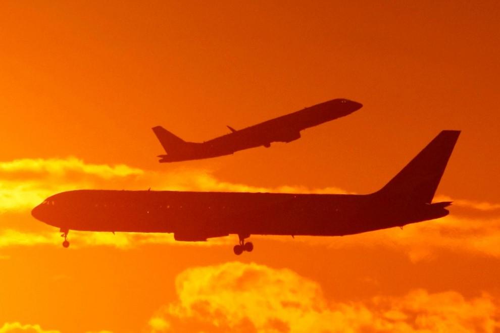 Dos aviones se cruzan en el cielo./ REUTERS