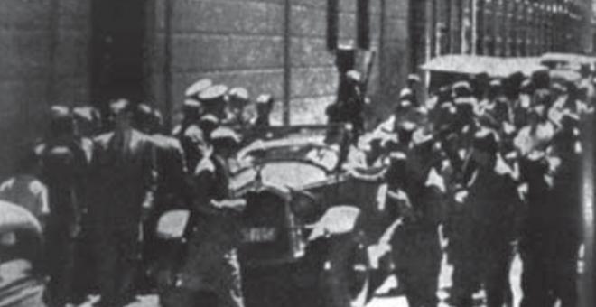 Entrada principal del edificio del antiguo gobierno civil, el 20 de julio de 1936. /Joaquín Gil Honduvilla