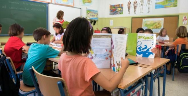 Niños leyendo en clase / EFE