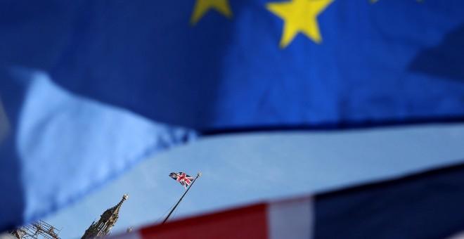 Banderas de la UE y de Reino Unido cerca del Parlamento Britçánico, en Londres, en una manifestación anti-Brexit. EFE/EPA/Hollie Adams