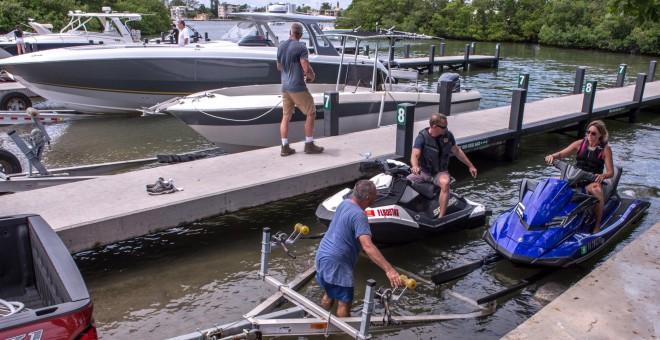 30/08/2019. - Unas personas sacan sus embarcaciones del agua debido a la llegada del huracán Dorian en Florida. / EFE - Giorgio Viera