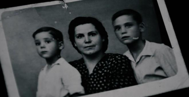 Doña Ángeles en una imagen junto a sus dos hijos. / RELATORAS PRODUCCIONES