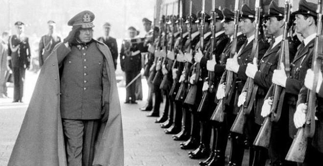 El exdictador chileno Augusto Pinochet ante sus tropas en 1975 - REUTERS