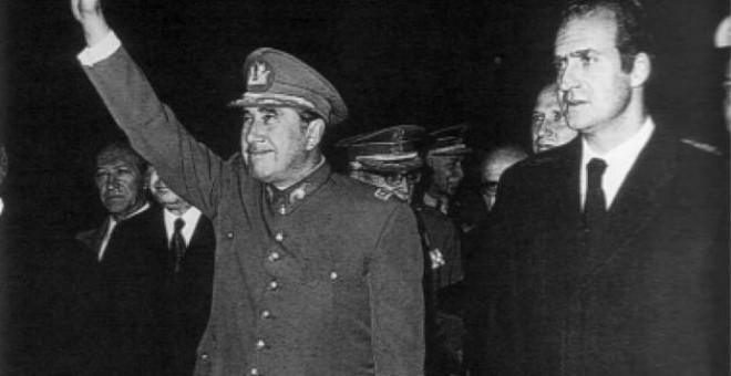 El rey Juan Carlos junto a Augusto Pinochet