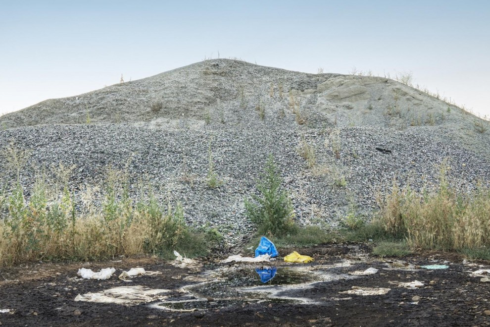 Montaña de restos de vidrio, tapones, chapas y otras sustancias que han sido vertidas en el municipio madrileño de Ajalvir./M.A.D.