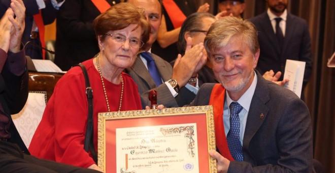 Esperanza Martínez, hija adoptiva de Zaragoza, junto al exalcalde Pedro Santisteve. / AYUNTAMIENTO DE ZARAGOZA