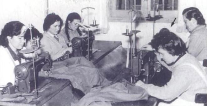 Esperanza Martínez, en un taller de la cárcel de Alcalá de Henares, en 1962. / AGE