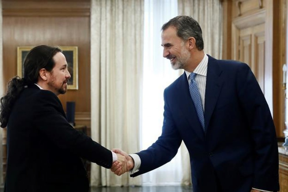 El rey Felipe VI recibe en audiencia al líder de Unidas Podemos Pablo Iglesias, en la segunda jornada de la ronda de consultas sobre la investidura de Pedro Sánchez. /EFE