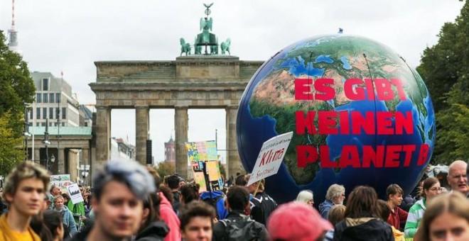 20/09/2019.- Decenas de jóvenes manifestantes sostienen un globo gigante con la inscripción 'No hay planeta B' con motivo de la huelga mundial por el clima durante la jornada de este viernes, en Berlín ( Alemania). Millones de personas en todo el mundo es