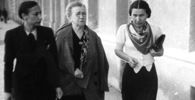 Emma Goldman caminando junto a Lucía Sánchez Saornil y Christine KonRabe en 1938. Fundación Anselmo Lorenzo