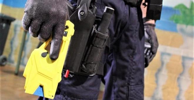 Un agente de los Mossos con una pistola Taser. EUROPA PRESS
