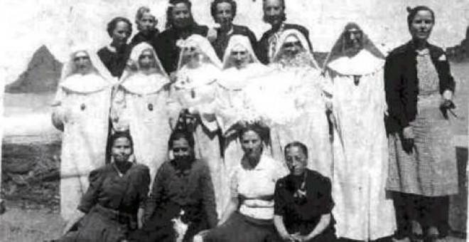 Diez prisioneras con sus 'monjas guardianas'