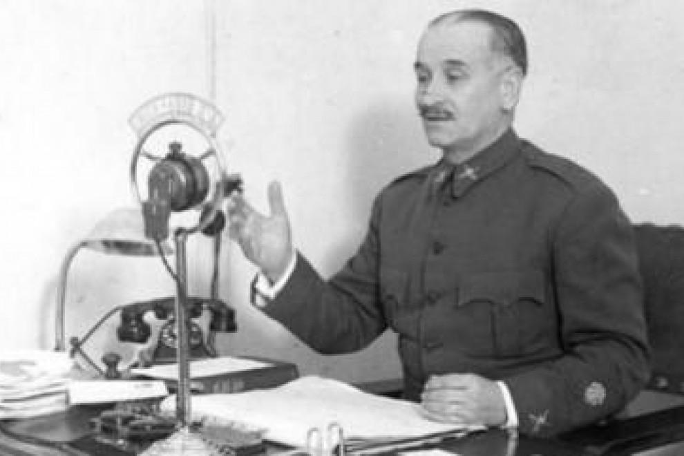 Queipo de Llano lanza uno de sus discursos propagandísticos por la radio