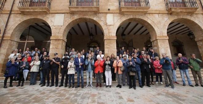 Imagen de la concentración en el Ayuntamiento de Dénia (Alicante) , que decreta un día de luto, en repulsa al crimen machista de una mujer de 44 años. - EFE