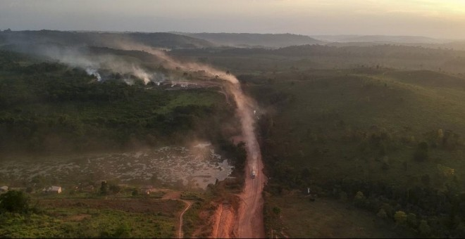 El polvo rojo de la carretera BR230, conocida como 'Transamazónica', se mezcla con los focos de incendios en la ciudad agrícola de Ruropolis, estado de Pará, en el norte de Brasil. - AFP