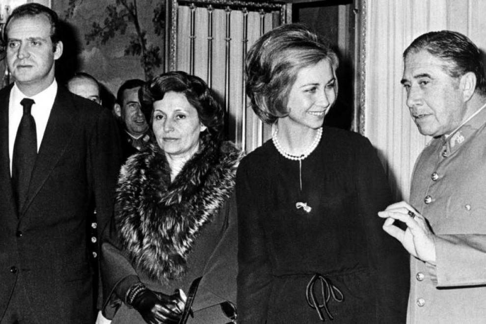Foto de noviembre de 1975 de los reyes Juan Carlos y Sofía con el general Augusto Pinochet y su esposa Lucia, en la visita que el dictador chileno hizo a España para acudir al entierro de Francisco Franco. AFP