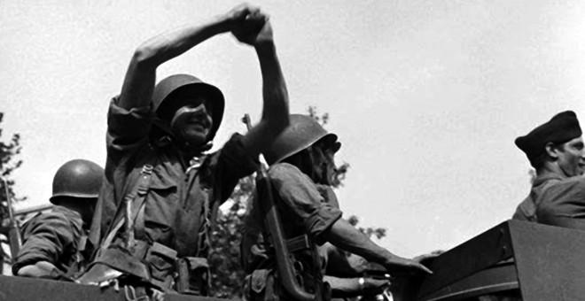 Un militante libertario hace el saludo anarquista cuando la 9ª Compañía es la primera en entrar en París y liberarlo de los nazis.  - Archivo CNT/ FAL