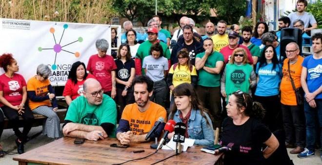 Eepresentantes de diferentes colectivos por la vivienda de Catalunya, durante la presentnación del Congrés d'Habitatge de Catalunya en Barcelona.