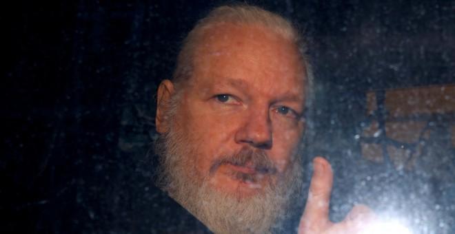 El fundador de WikiLeaks, Julian Assange, saliendo de una comisaría de Londres el pasado abril. / Reuters
